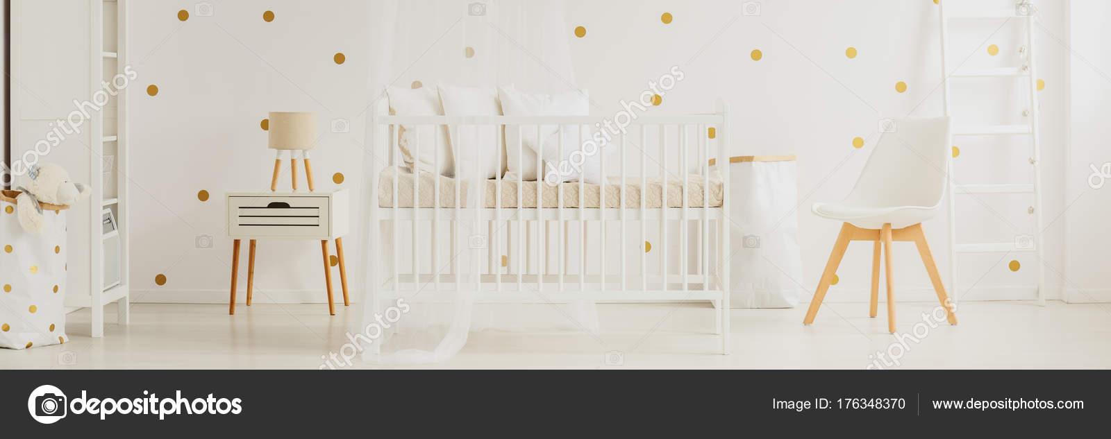 Neutrale crème baby kwekerij interieur — Stockfoto © photographee.eu ...