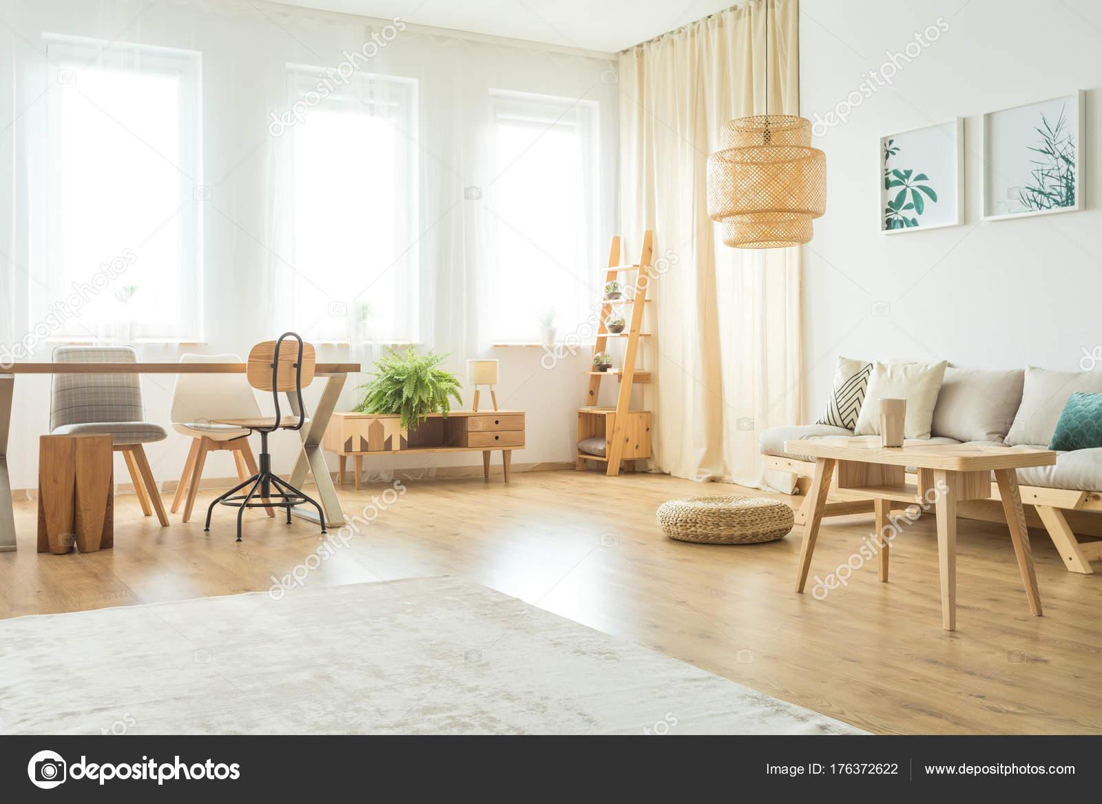 Eetkamer met rustieke meubels u2014 stockfoto © photographee.eu #176372622