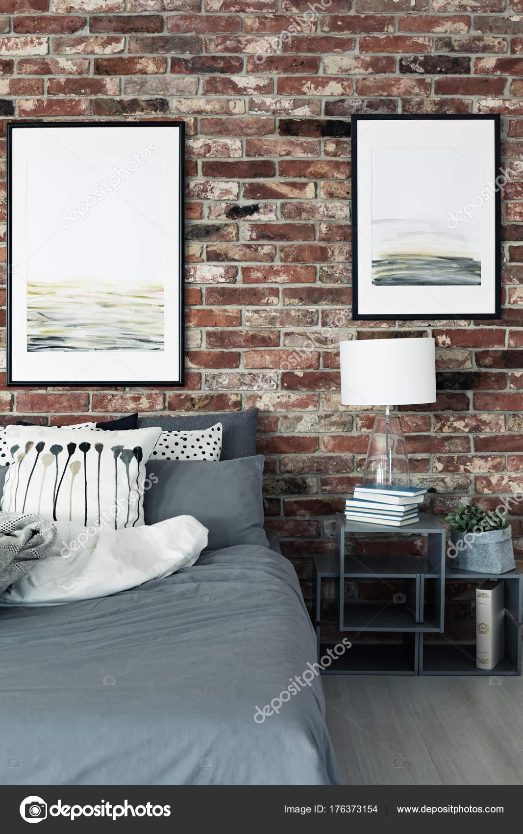Schilderijen in moderne slaapkamer interieur — Stockfoto ...