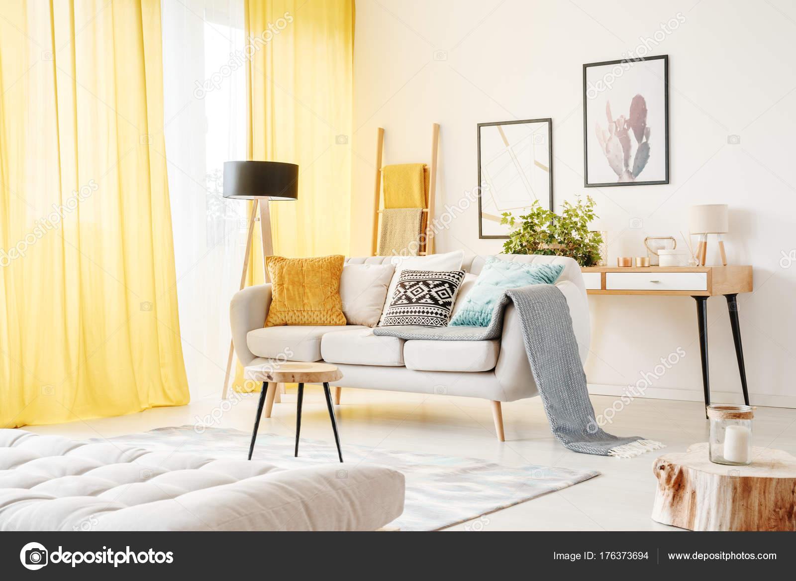 Posters in de gezellige woonkamer — Stockfoto © photographee.eu ...