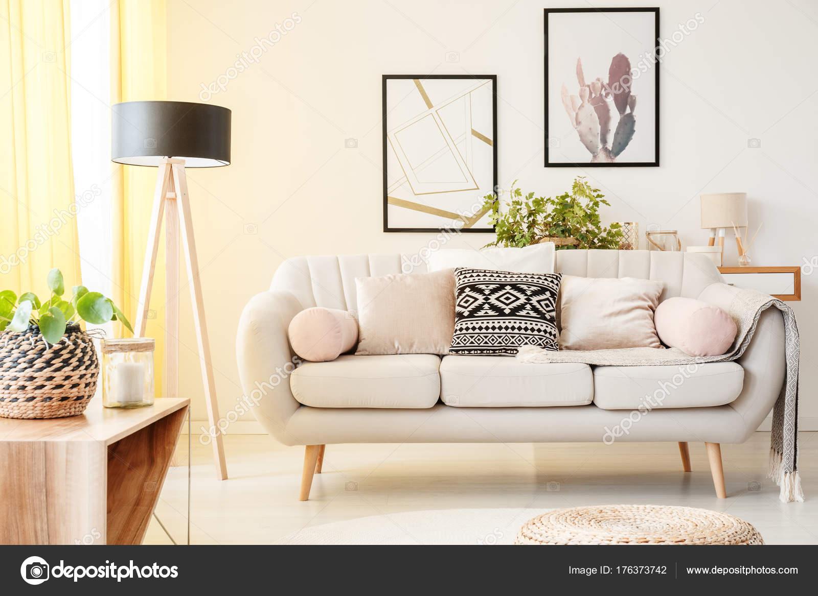 einfache Wohnzimmer — Stockfoto © photographee.eu #176373742