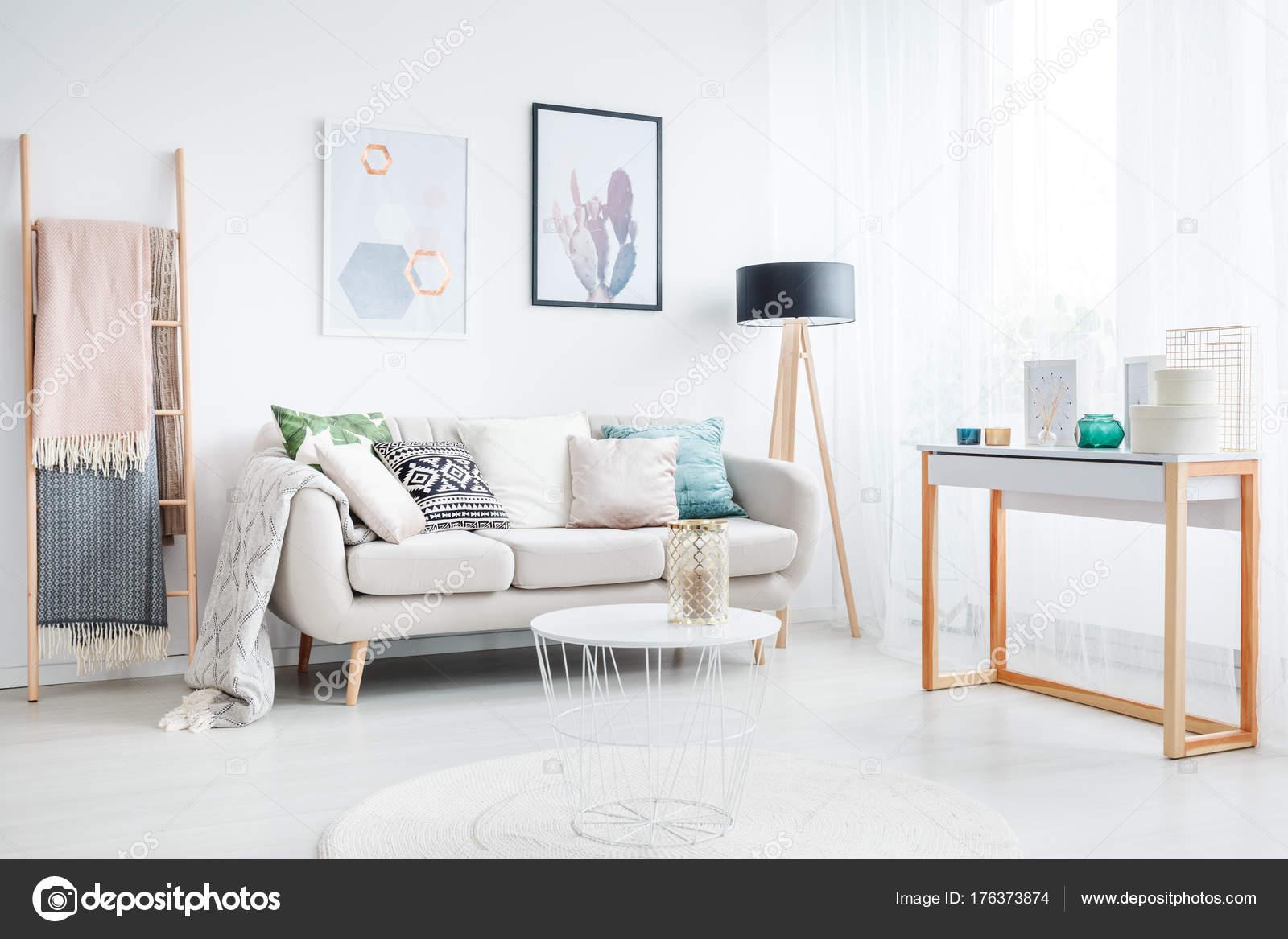 https://st3.depositphotos.com/2249091/17637/i/1600/depositphotos_176373874-stockafbeelding-ladder-in-boheemse-woonkamer.jpg