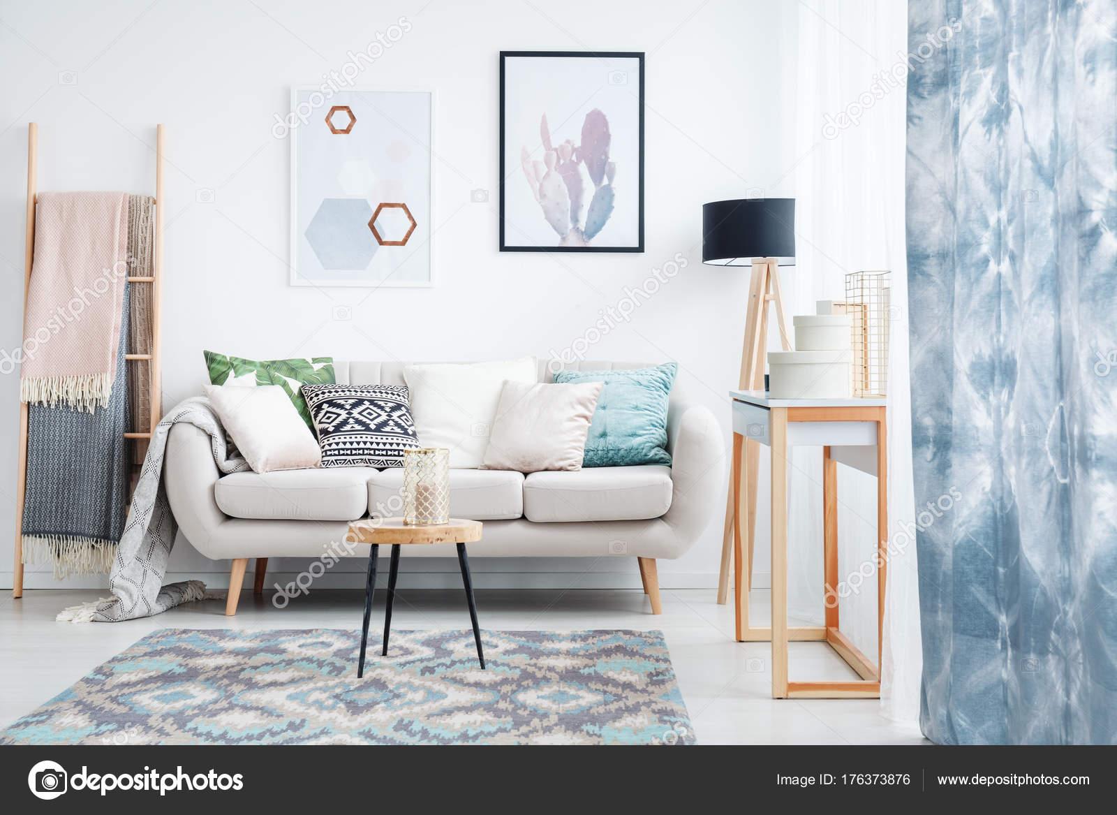 Blauwe gordijn in woonkamer — Stockfoto © photographee.eu #176373876