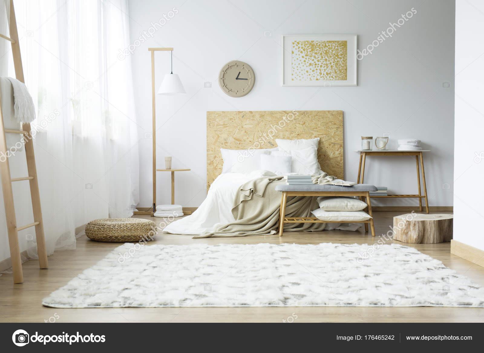 Bright Teppich im Schlafzimmer — Stockfoto © photographee.eu #176465242