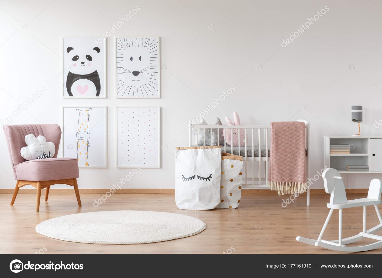 Nachtkastje Kinderkamer Afbeeldingen : Roze fauteuil in kinderkamer u stockfoto photographee eu