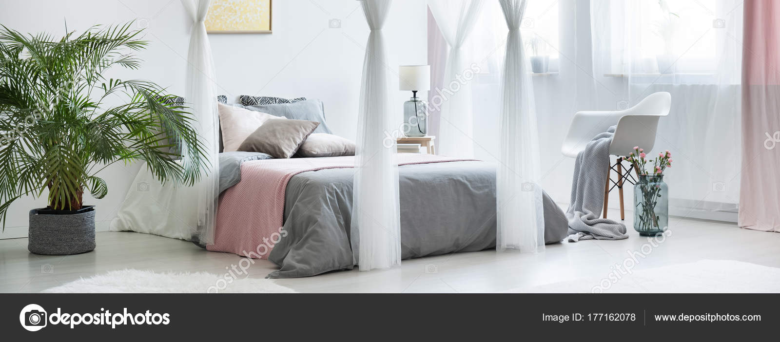 Raffinata camera da letto con letto a baldacchino — Foto Stock ...