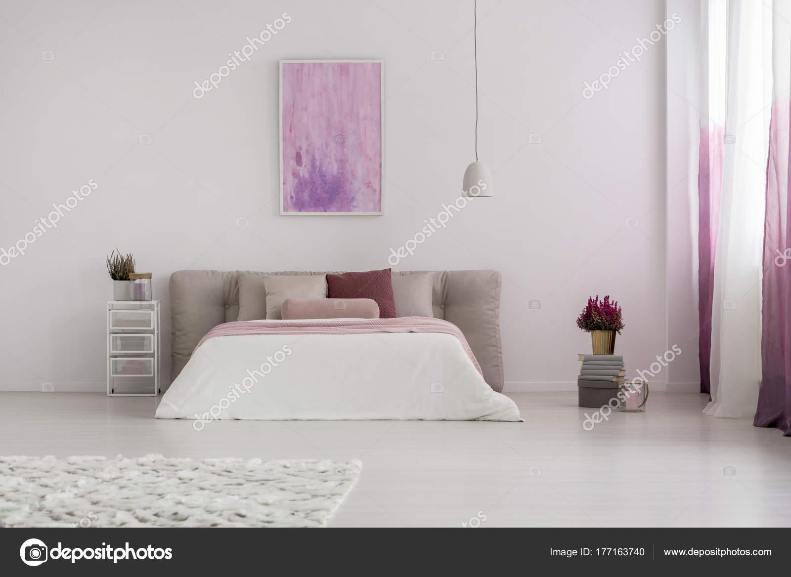 Roze Slaapkamer Lamp : Roze schilderij in ruime slaapkamer u stockfoto photographee eu