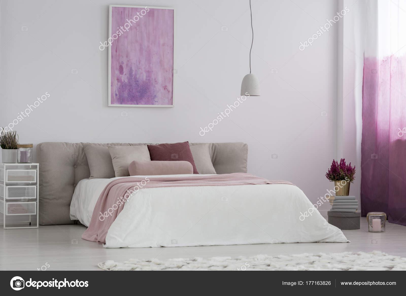 Camera da letto della ragazza con la pittura rosa u foto stock