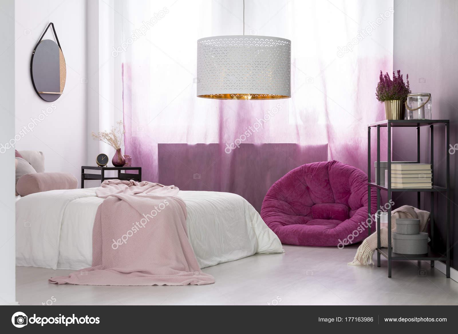Roze Slaapkamer Lamp : Girl s slaapkamer met roze poef u stockfoto photographee eu