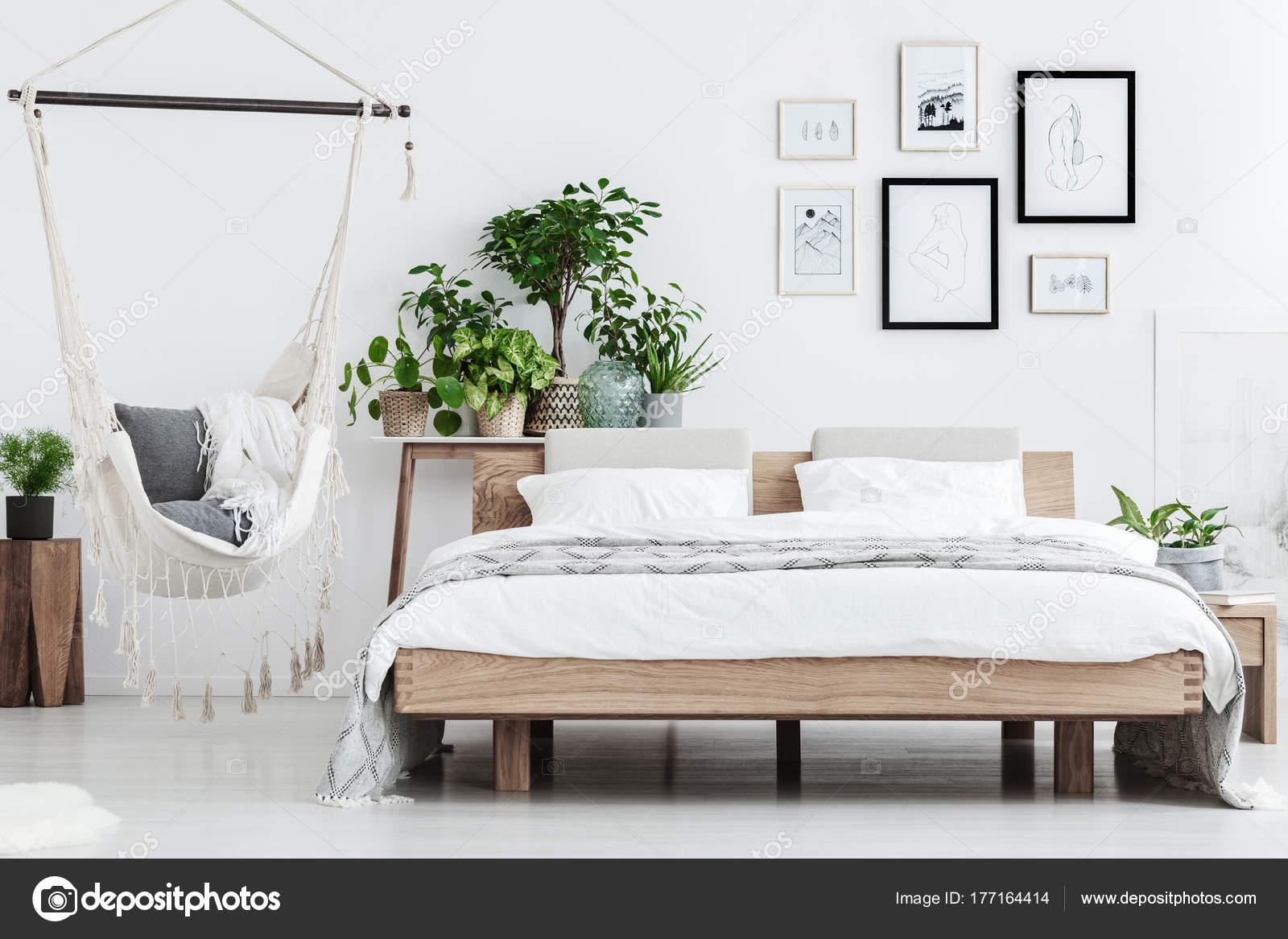 Natuurlijke slaapkamer interieur met planten — Stockfoto ...