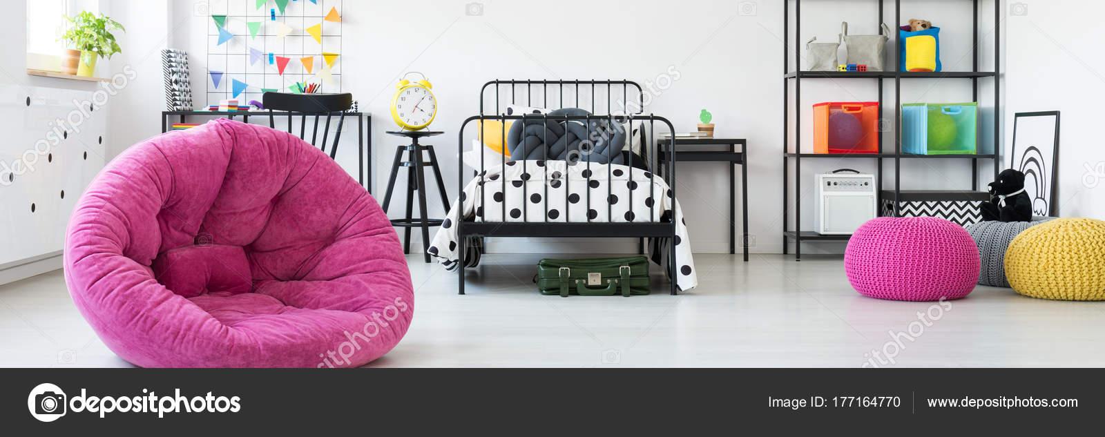 5a88e096ad9 Unisex παιδικό δωμάτιο με ζωηρόχρωμη διακόσμηση και μεταλλικά έπιπλα —  Εικόνα από ...