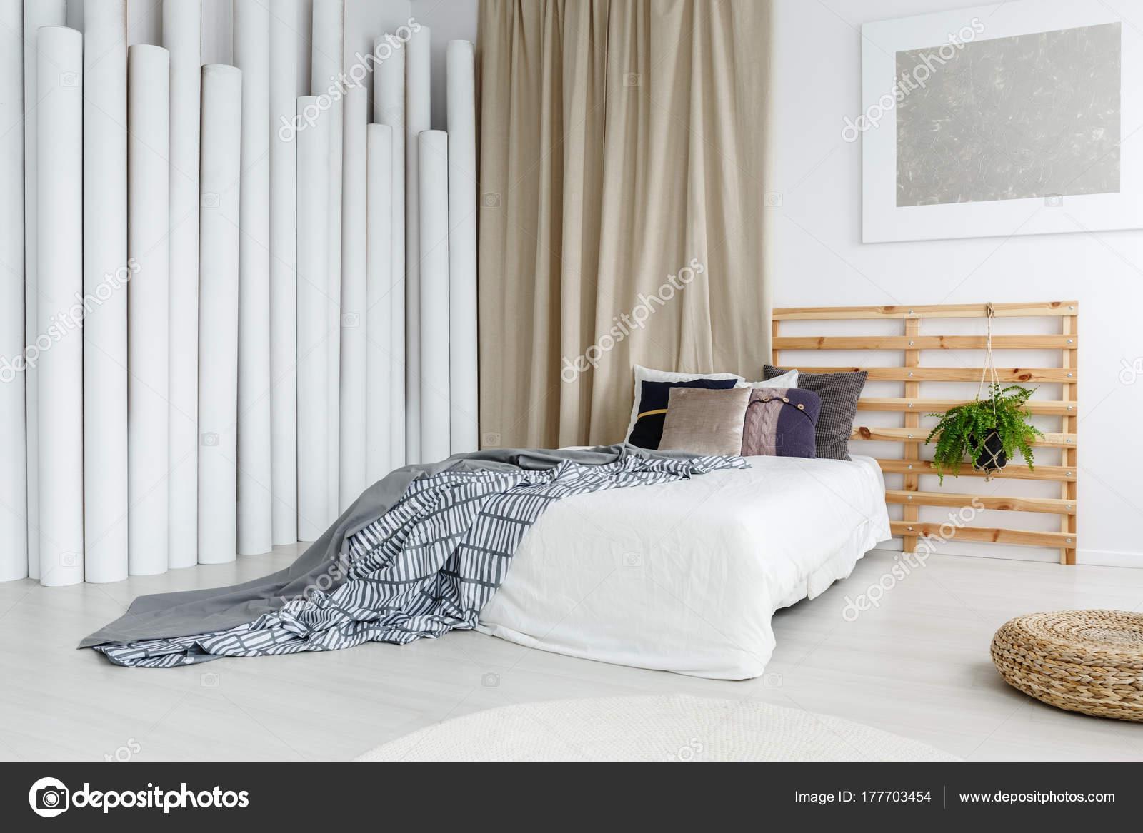 Zilveren schilderij in geavanceerde slaapkamer — Stockfoto ...