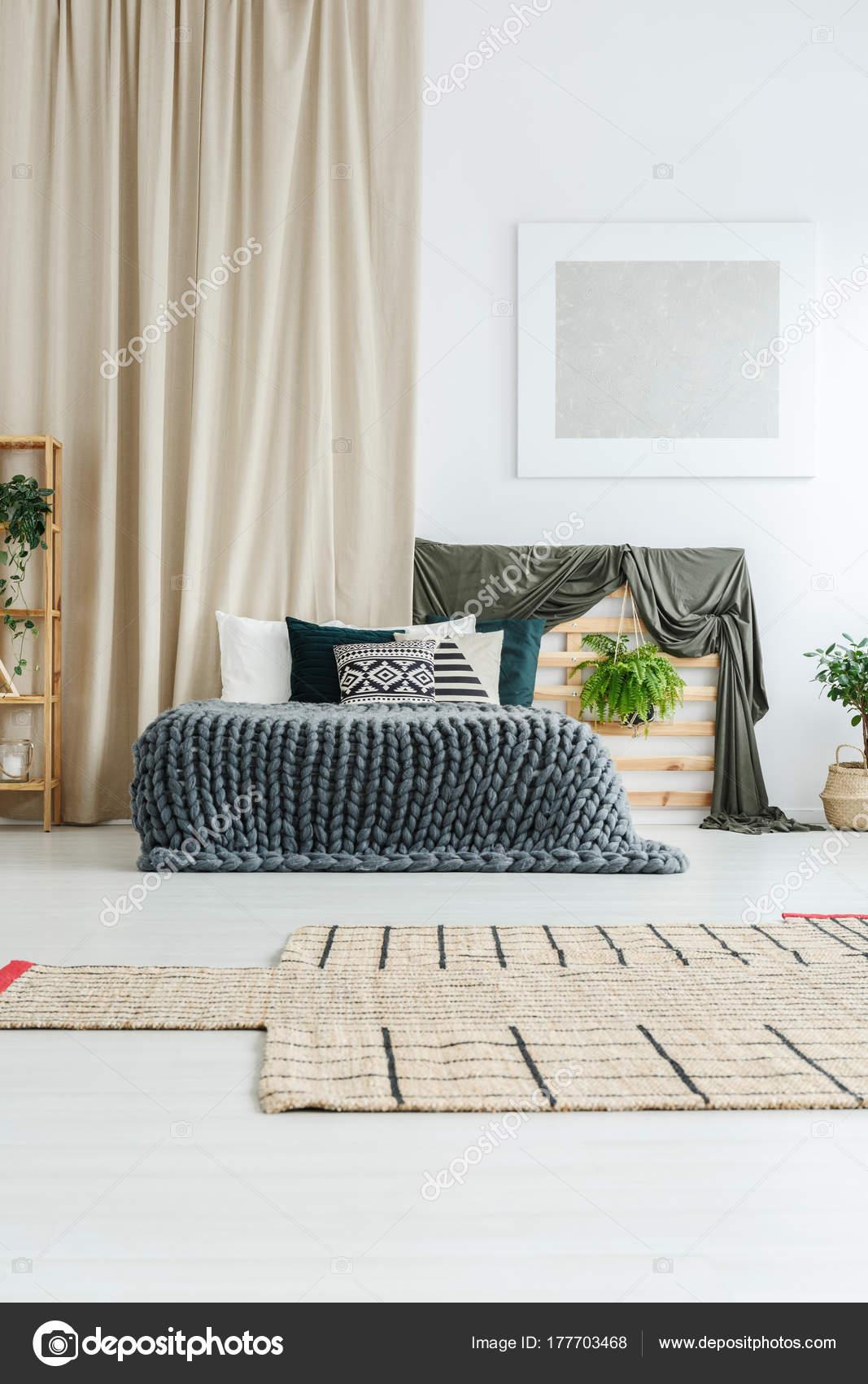 Silber, Moderne Malerei Hängen Weiße Wand Oben Betthaupt Mit Werk In  Gemütliche Schlafzimmer U2014 Foto Von Photographee.eu