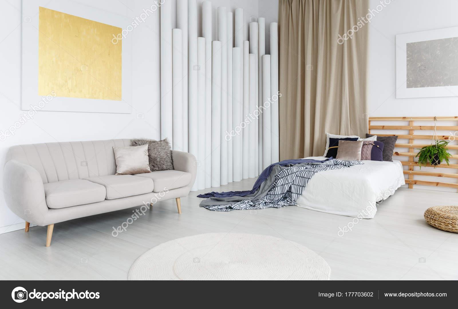 Grijze bank in slaapkamer — Stockfoto © photographee.eu #177703602