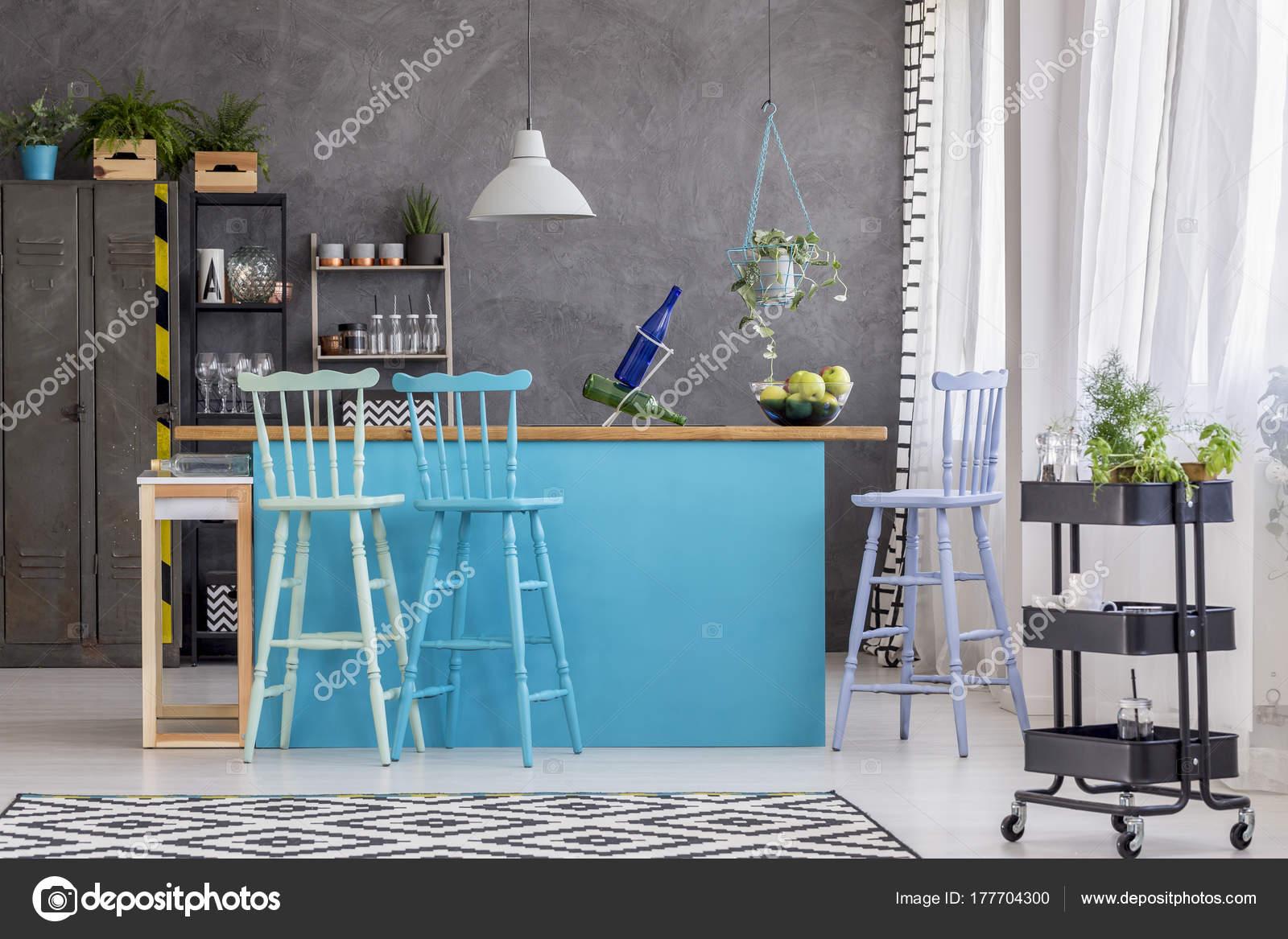Hocker und blauen Kücheninsel — Stockfoto © photographee.eu #177704300