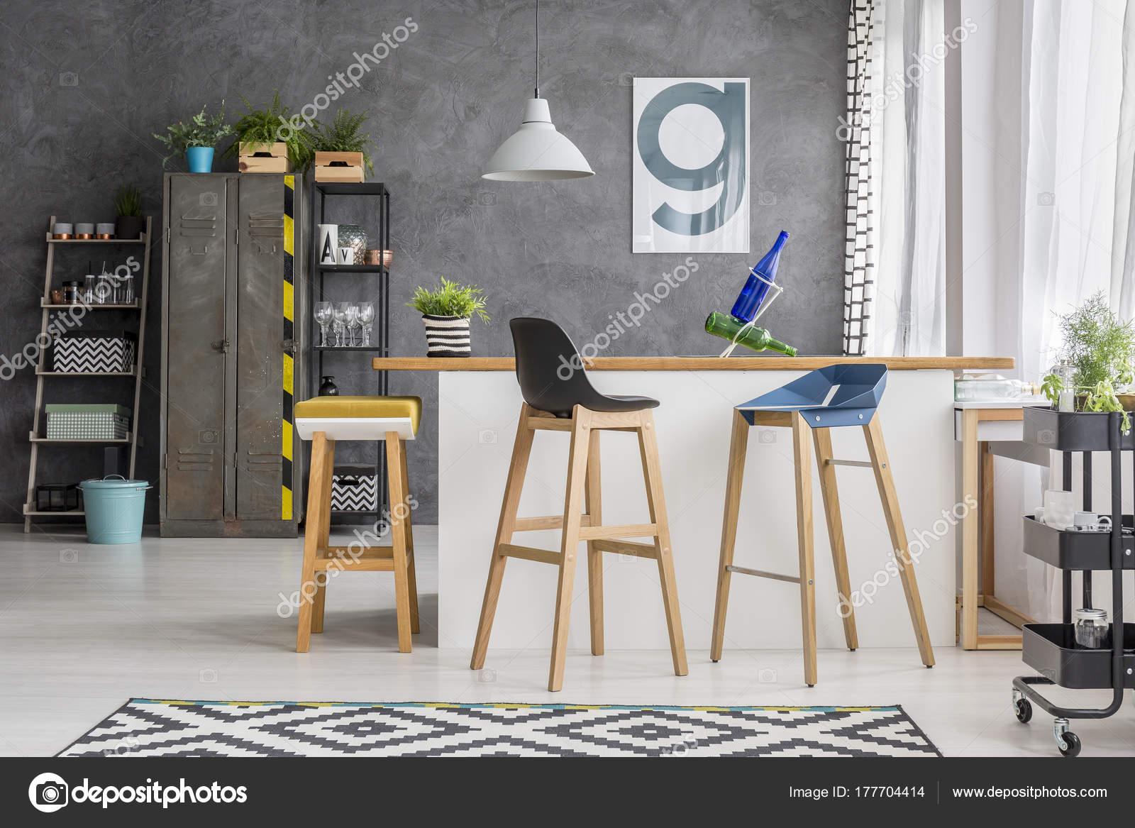 Bar sgabelli in cucina in legno u foto stock photographee eu
