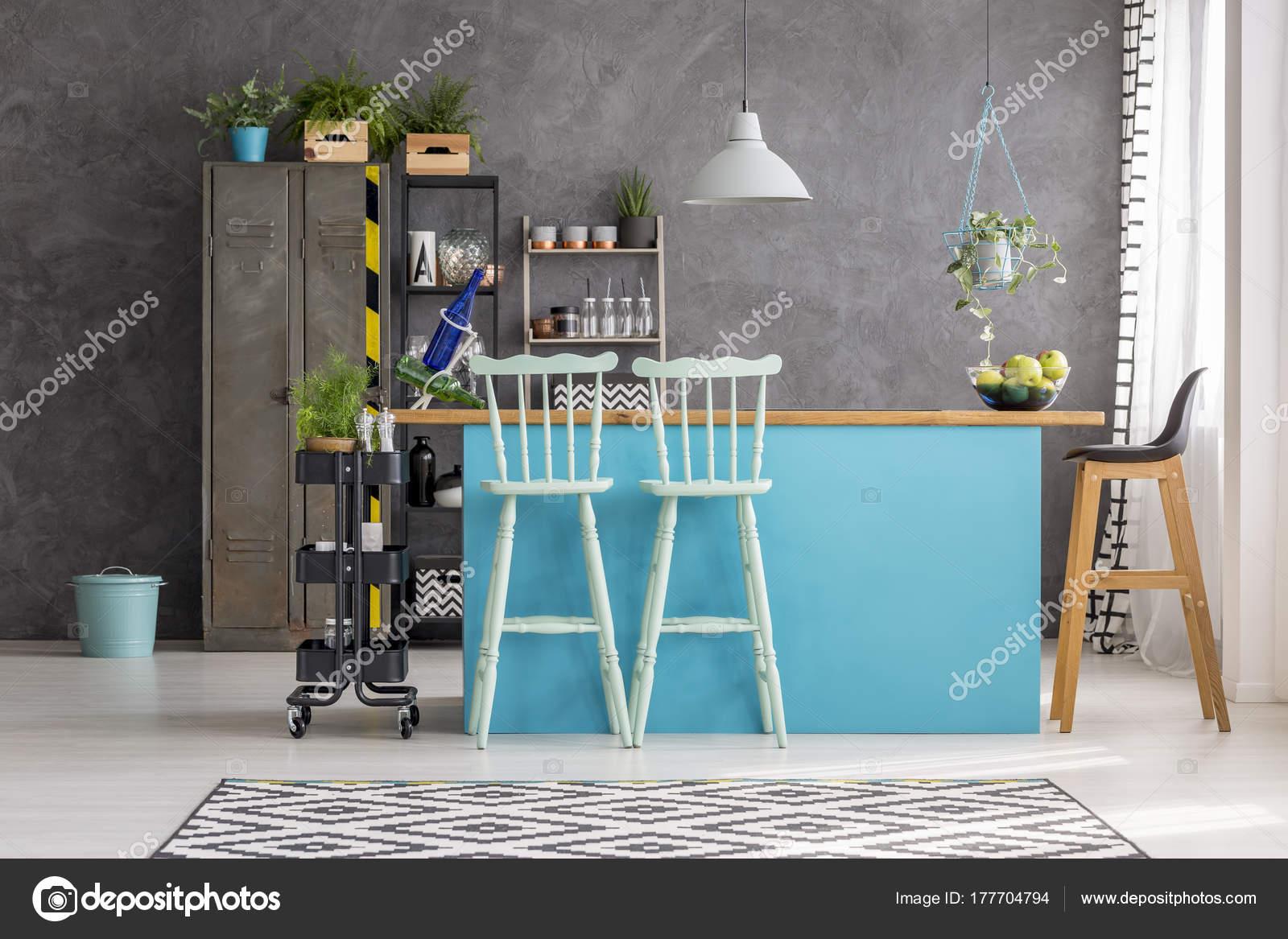 Sala da pranzo con sgabelli da bar u foto stock photographee eu