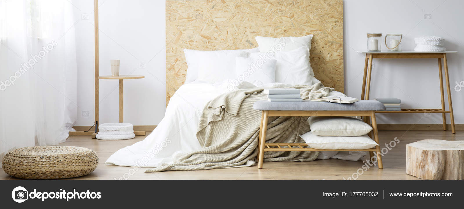 Pouf in camera da letto calda naturale — Foto Stock © photographee ...