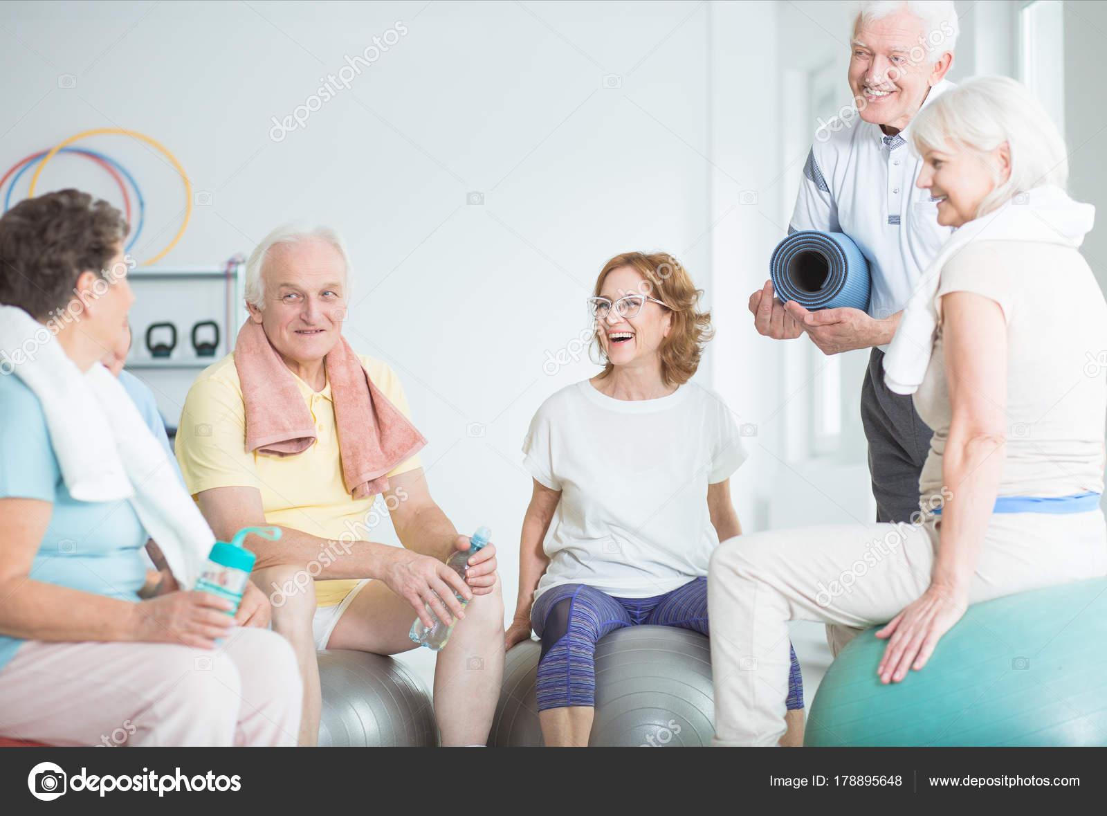 Adultos mayores felices en bolas de la gimnasia — Foto de stock ...