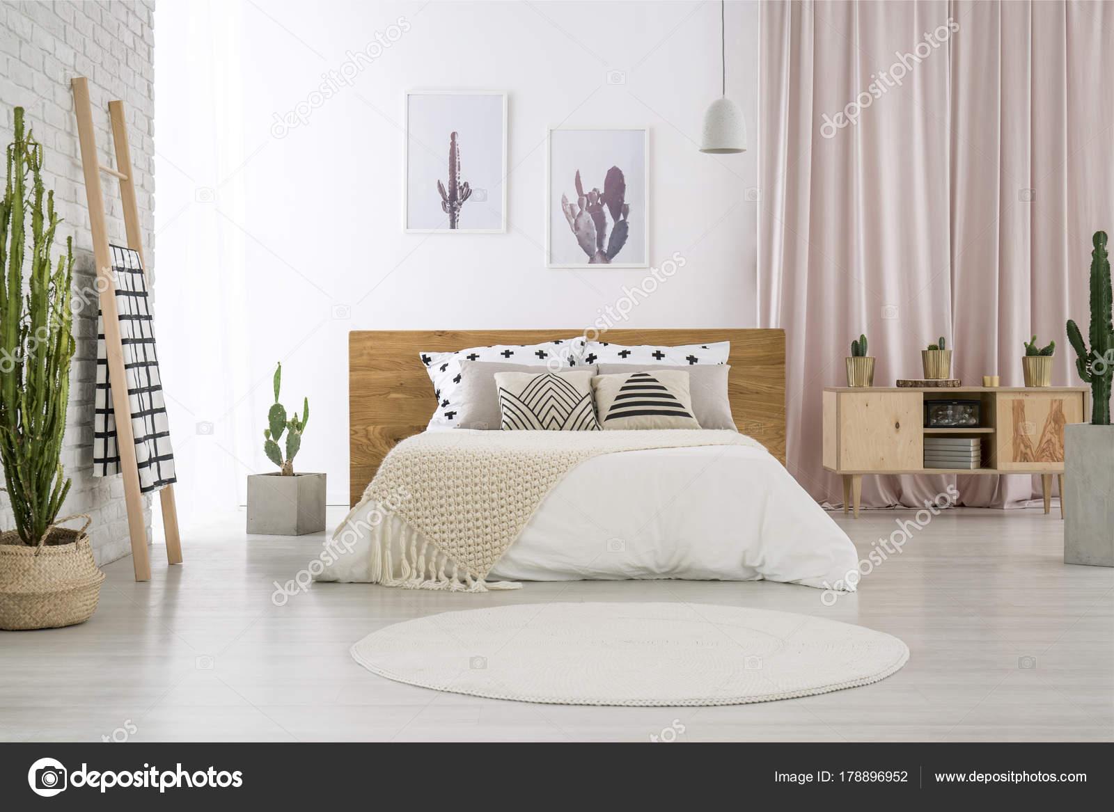 Lichte slaapkamer met cactus motief — Stockfoto © photographee.eu ...