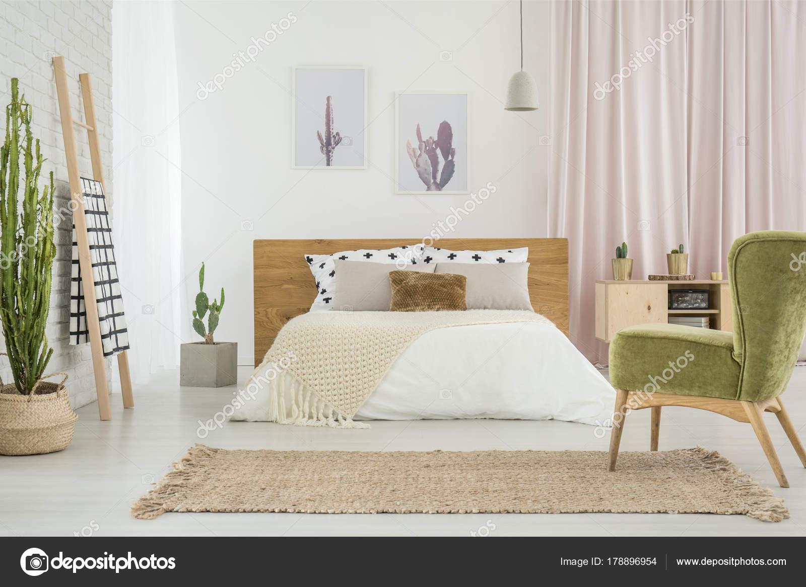 groene fauteuil in gezellige slaapkamer stockfoto
