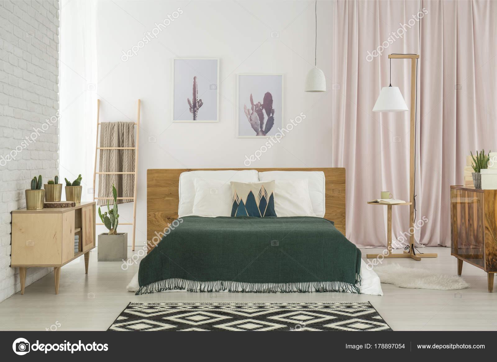 Mobili Rustici Camera Da Letto : Camera da letto con mobili in legno rustica u foto stock