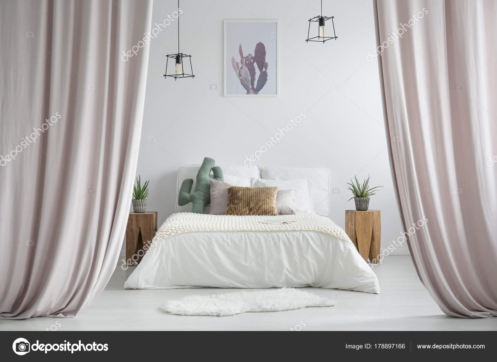 pastel gordijnen in rustieke slaapkamer stockfoto