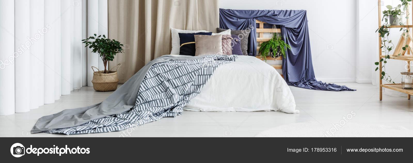 Accessori blu scuri in camera da letto — Foto Stock ...