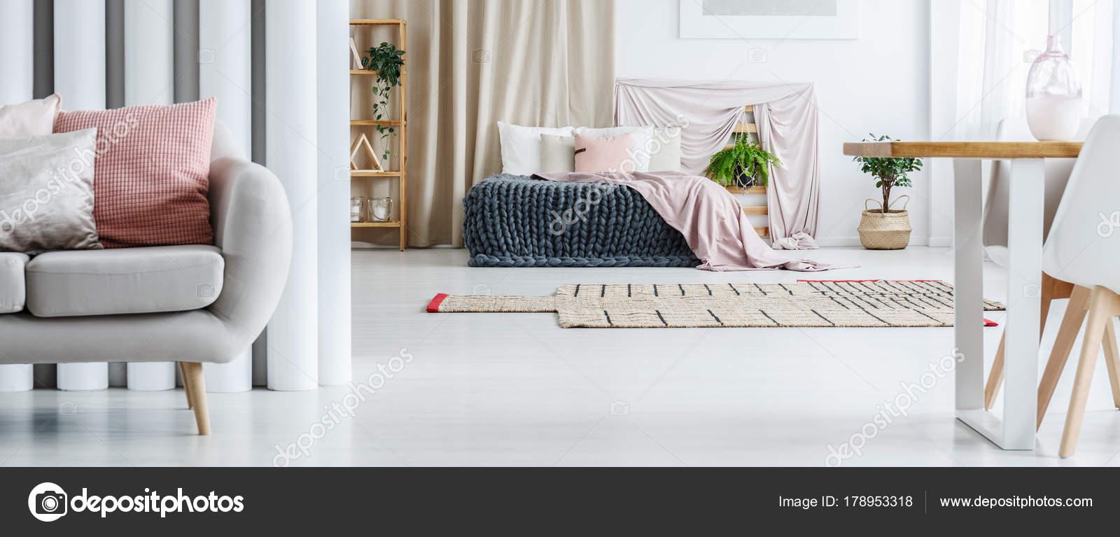 Chambre à coucher féminin blanc et rose — Photographie photographee ...
