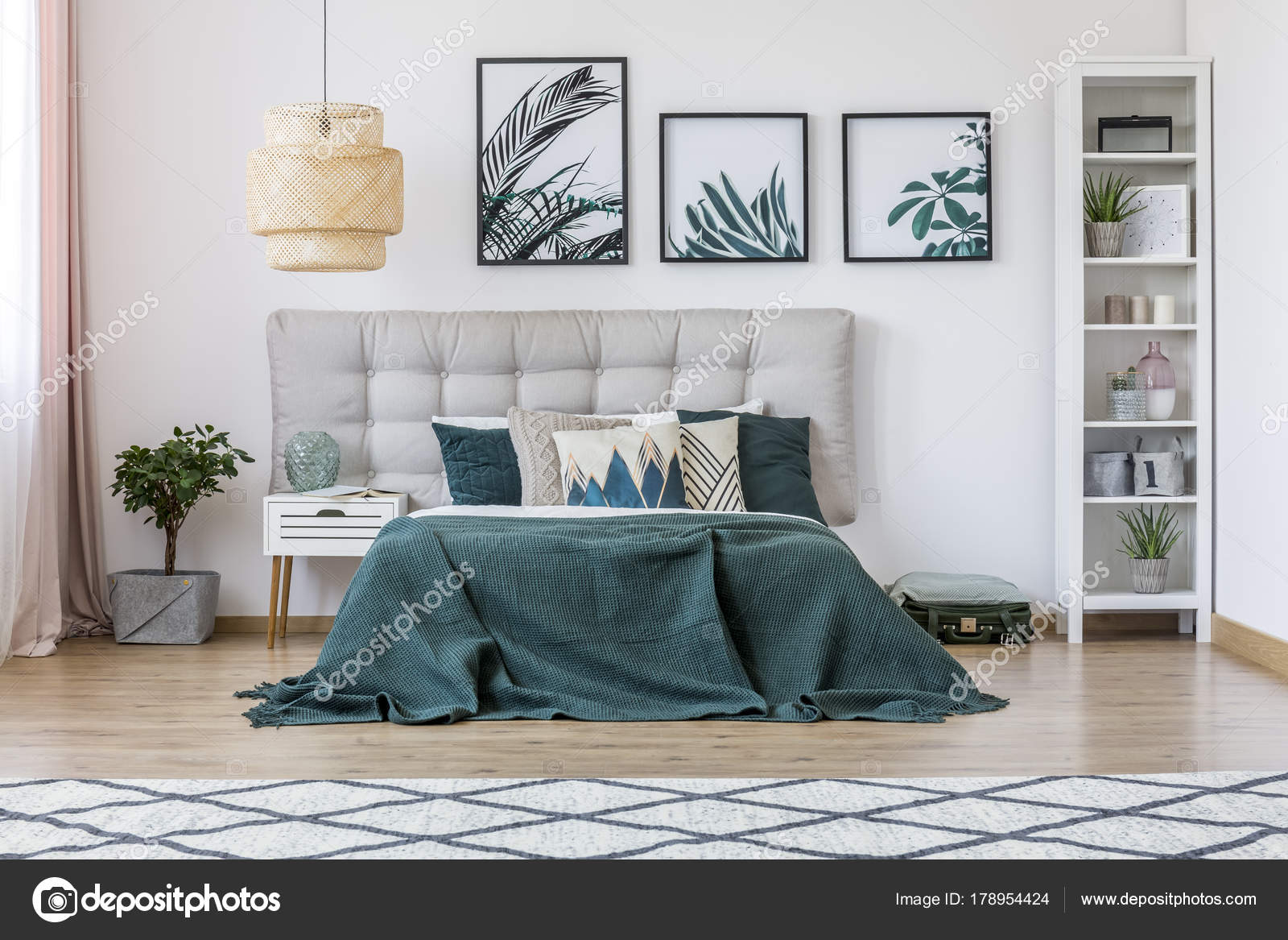 Rattan Lampe in grün Schlafzimmer — Stockfoto © photographee.eu ...