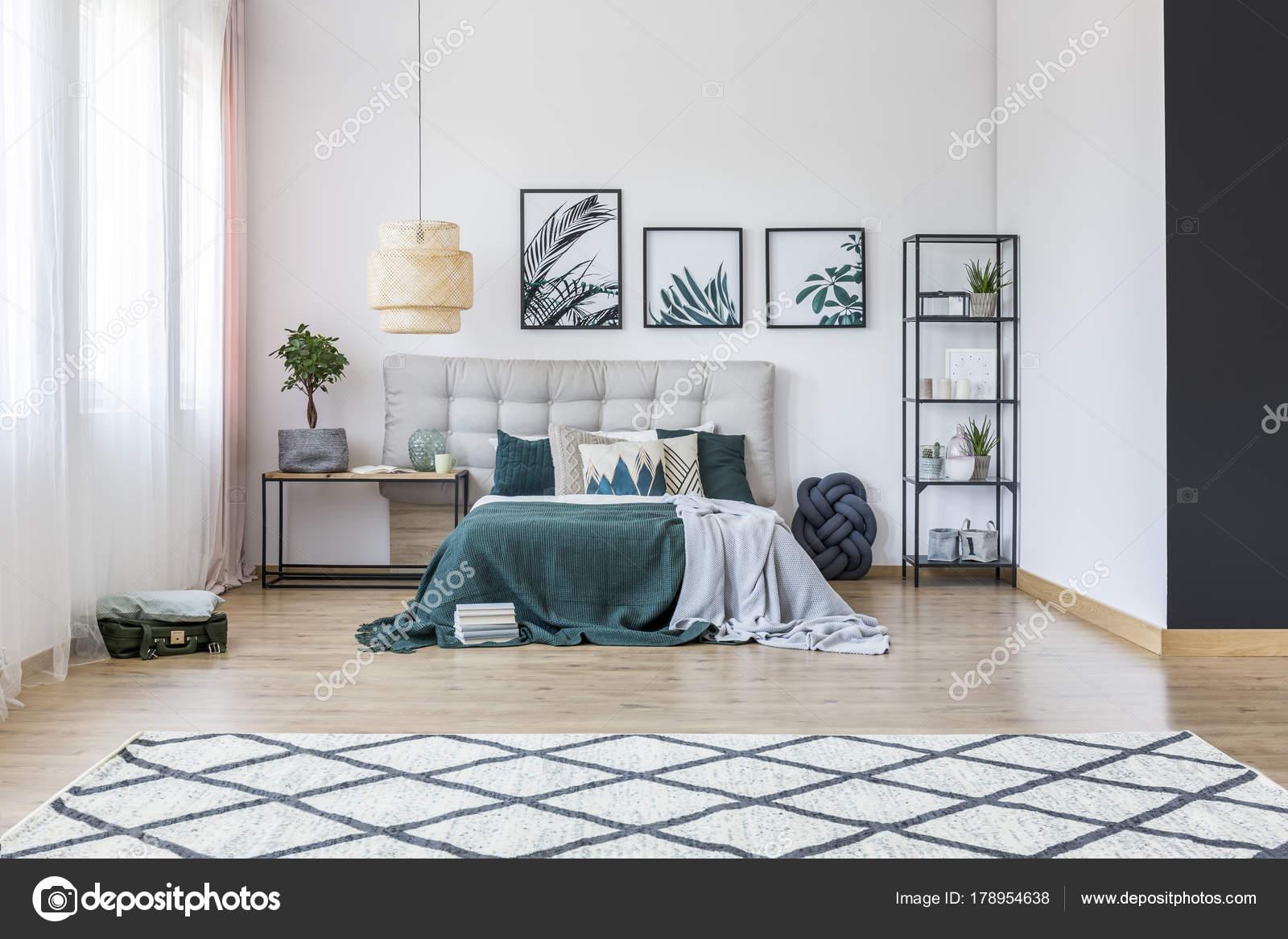 Przestronna Sypialnia Z Liści Plakaty Zdjęcie Stockowe