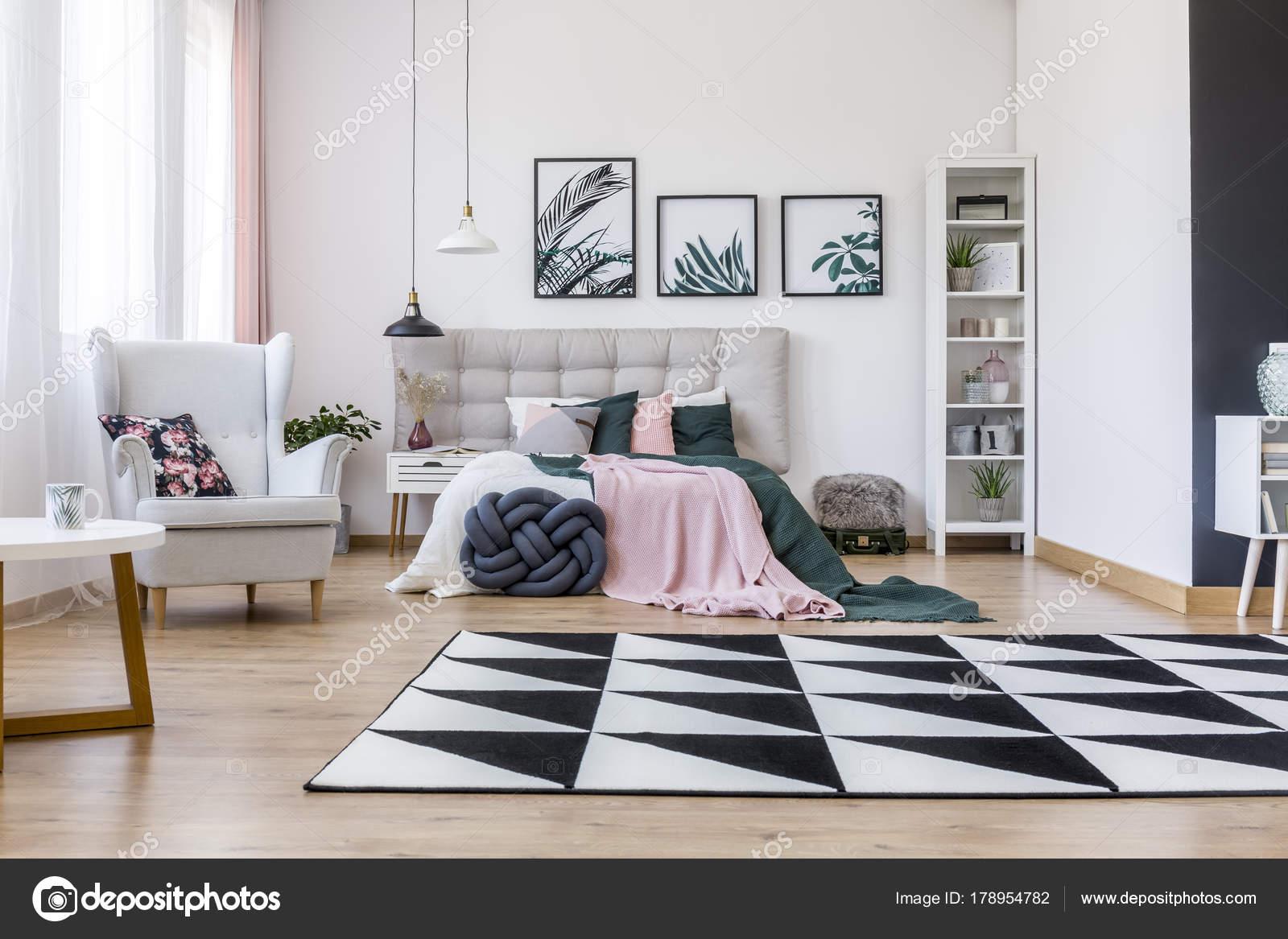 Roze en groene slaapkamer — Stockfoto © photographee.eu #178954782