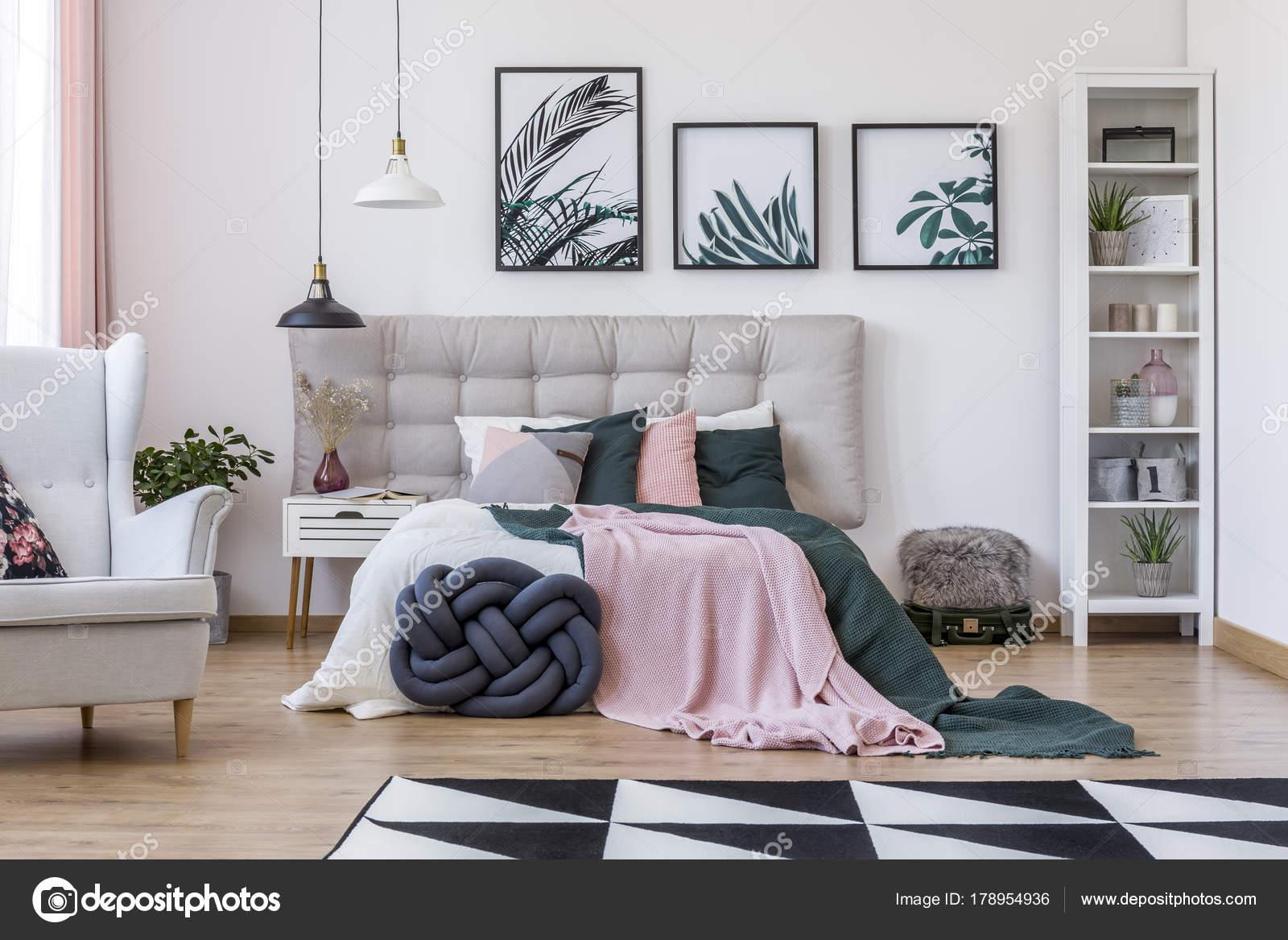 Poltrona in camera da letto accogliente — Foto Stock © photographee ...