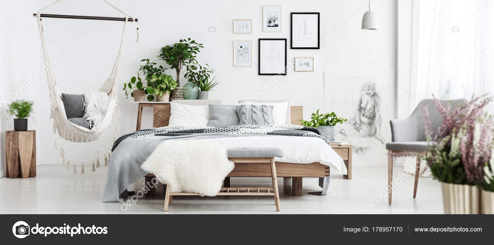 ruime natuurlijke slaapkamer met hangmat stockfoto