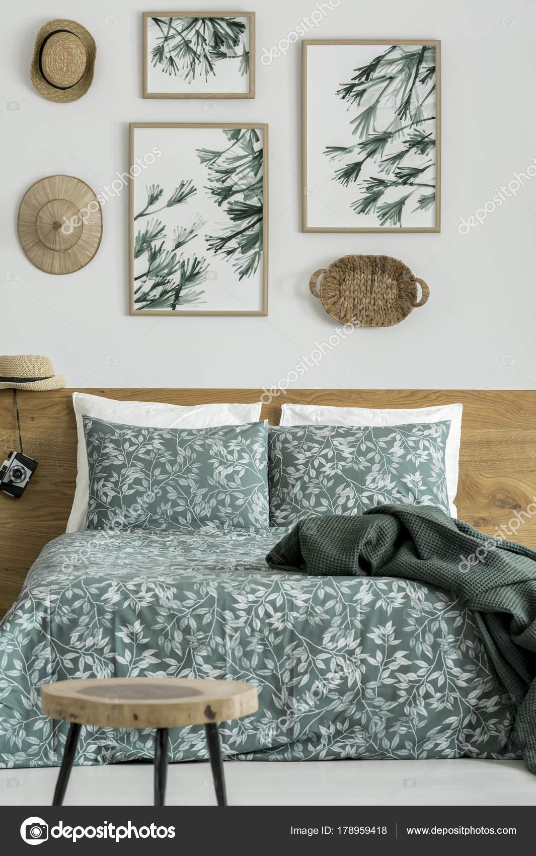 bladeren schilderijen in travelers slaapkamer stockfoto