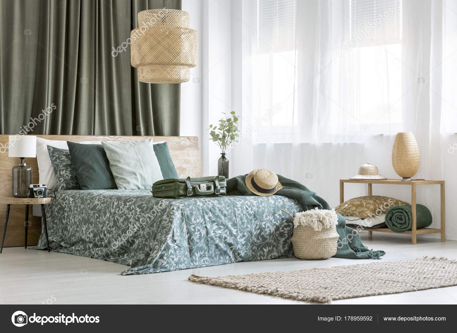 Rattan Lampe im Schlafzimmer Innenraum — Stockfoto © photographee.eu ...