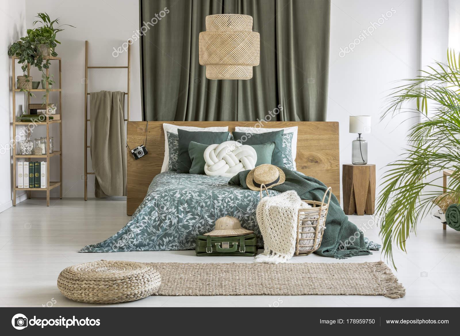 Pouf sul tappeto in camera da letto — Foto Stock © photographee.eu ...