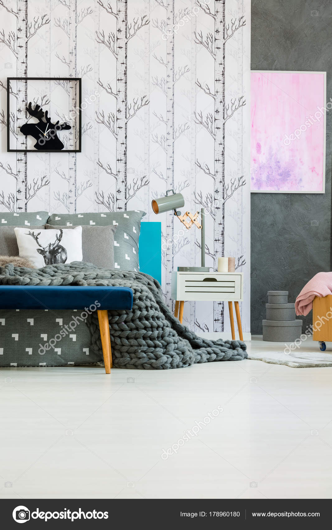 Moose klok in slaapkamer interieur — Stockfoto © photographee.eu ...