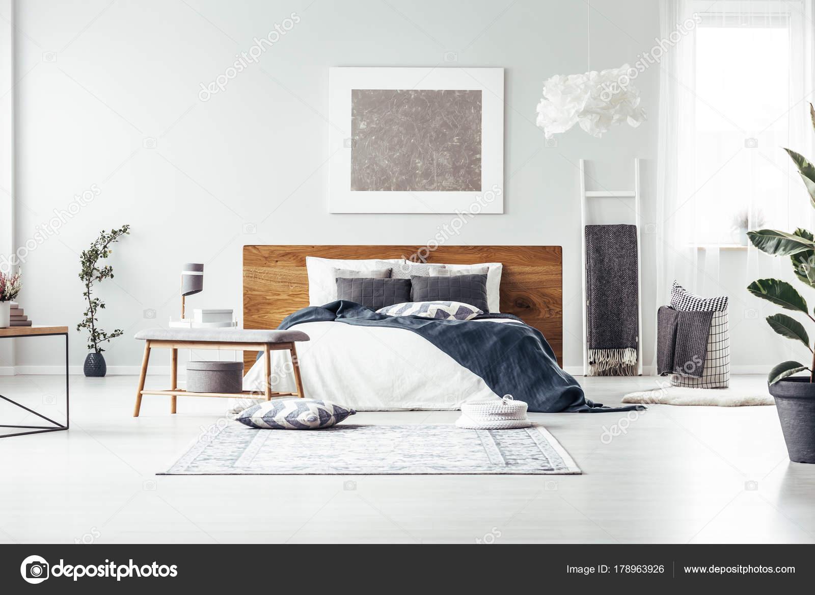 Fantastisch Graue Malerei Im Geräumigen Schlafzimmer U2014 Stockfoto