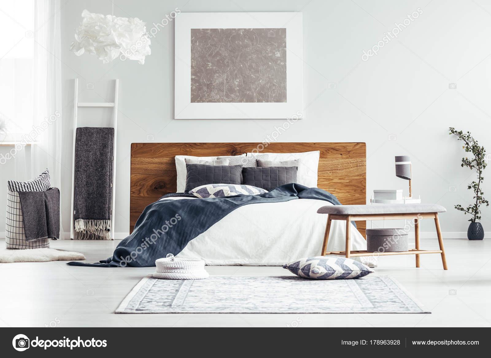 Parete Camera Da Letto Argento : Pittura d argento in camera da letto progettista u foto stock