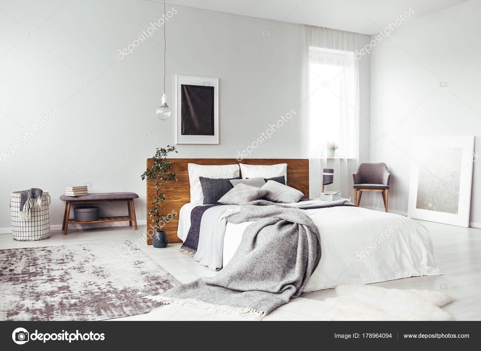 Ciemny Plakat W Sypialni Jasny Zdjęcie Stockowe