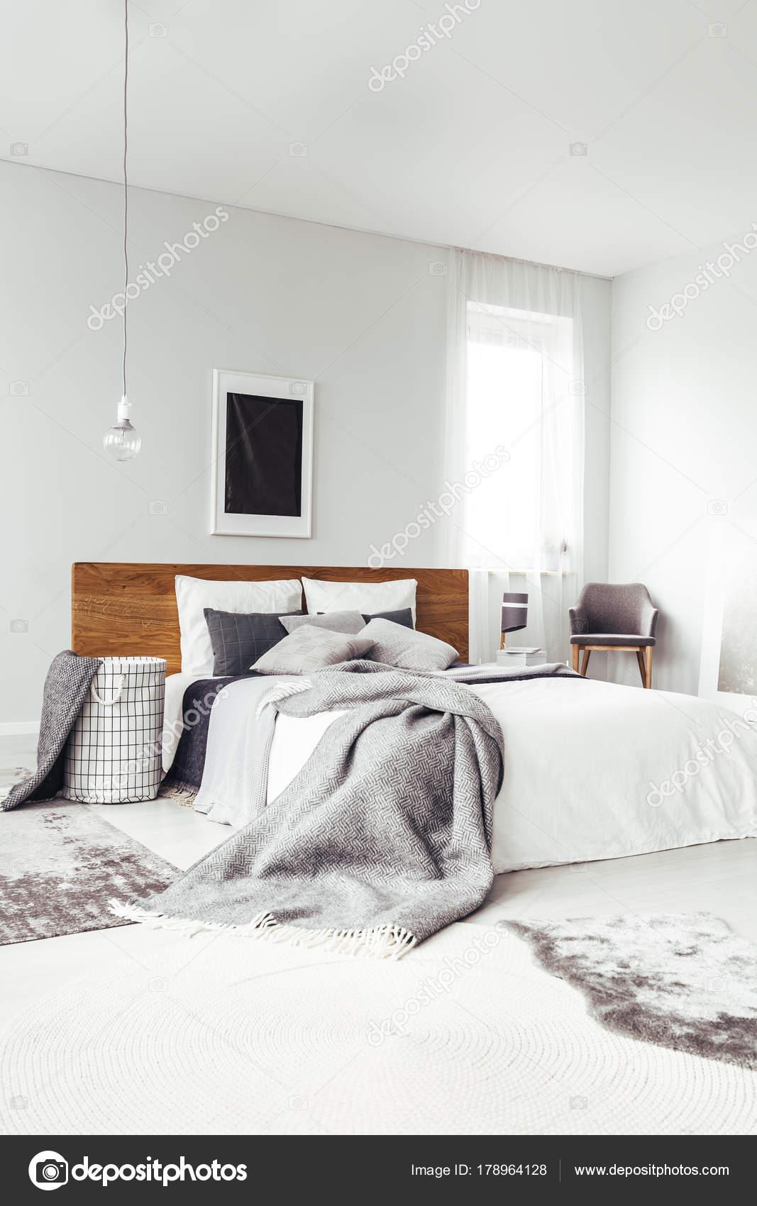 Poster di nero in camera da letto luminosa — Foto Stock ...