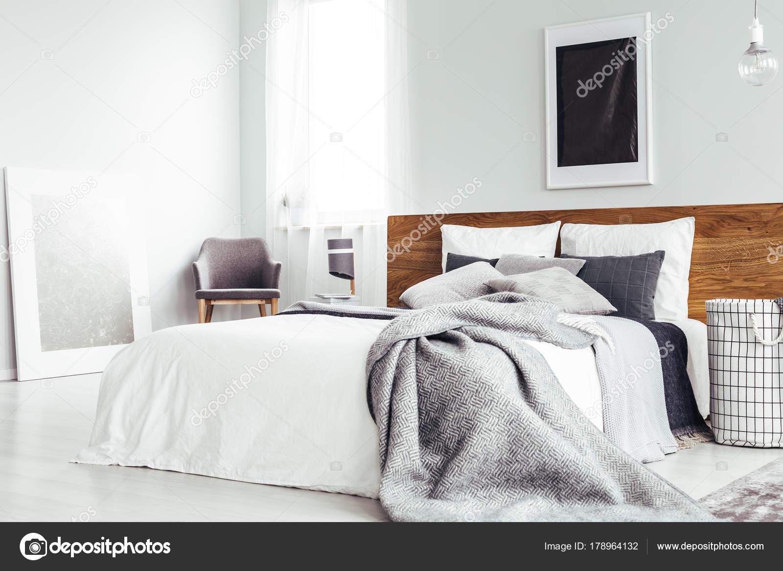 Camera da letto semplice con poster scuro — Foto Stock ...