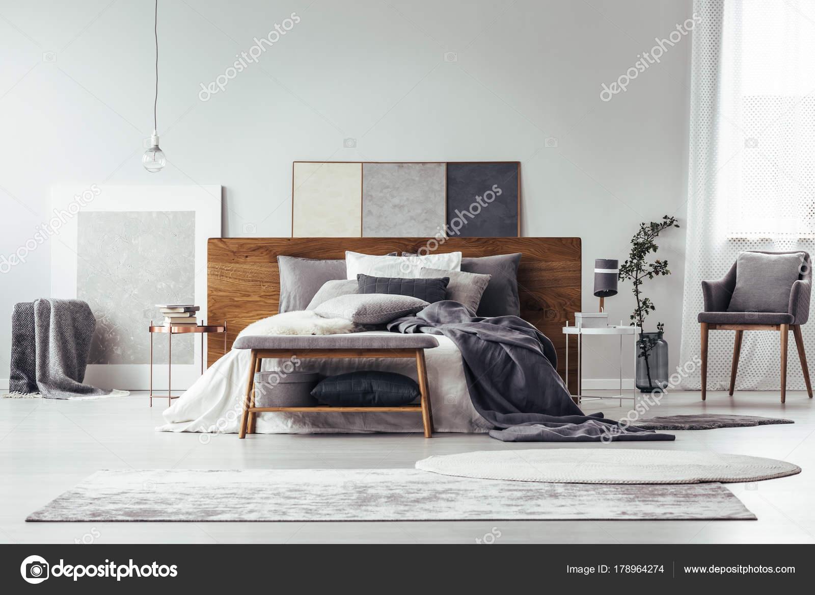 Camera da letto grigio con pittura semplice — Foto Stock ...