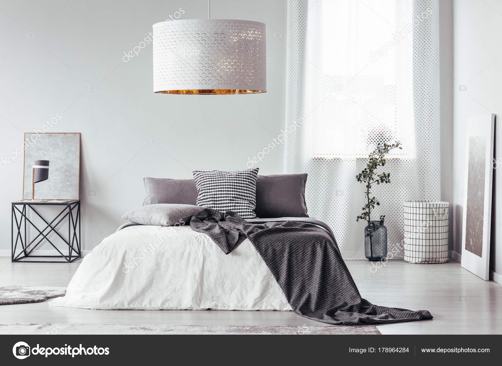 Camera da letto progettista con lampada bianca u foto stock