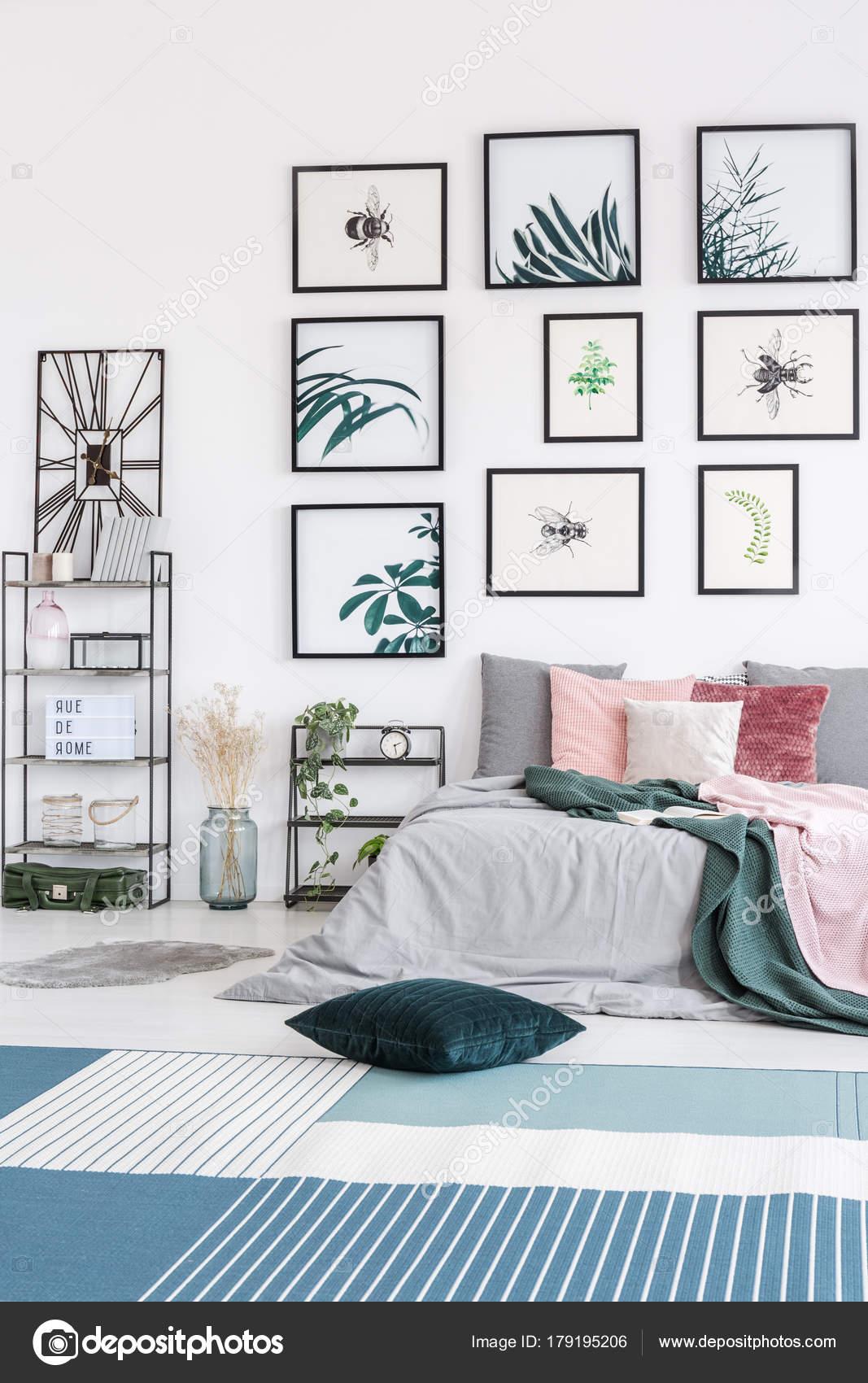 Grünes Kissen im Schlafzimmer — Stockfoto © photographee.eu #179195206