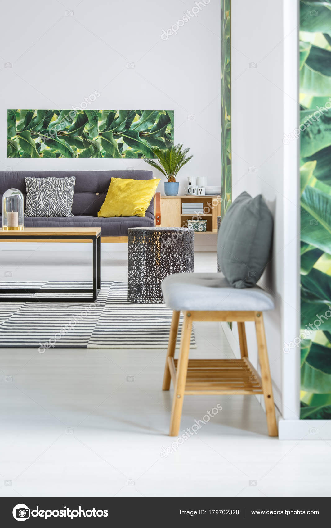 sala de estar con muebles de madera — Fotos de Stock © photographee ...
