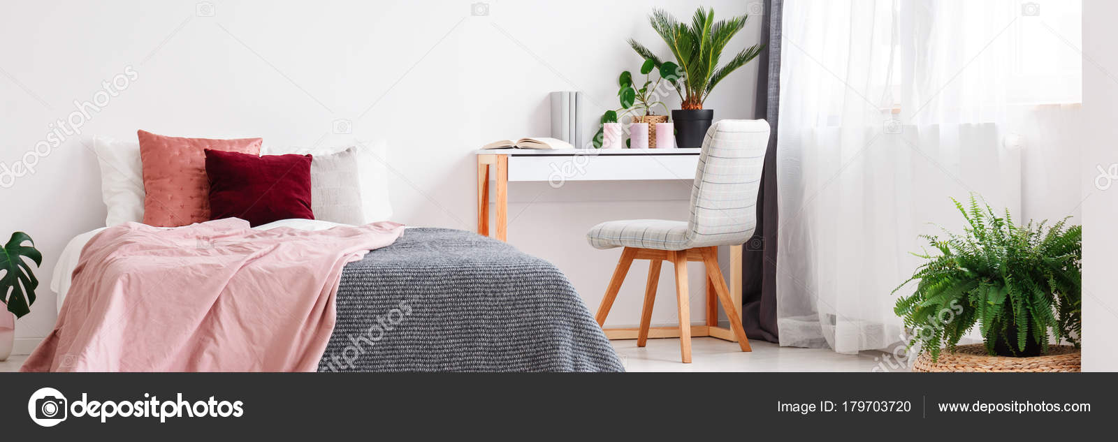 Camera da letto rosa e grigio — Foto Stock © photographee.eu #179703720
