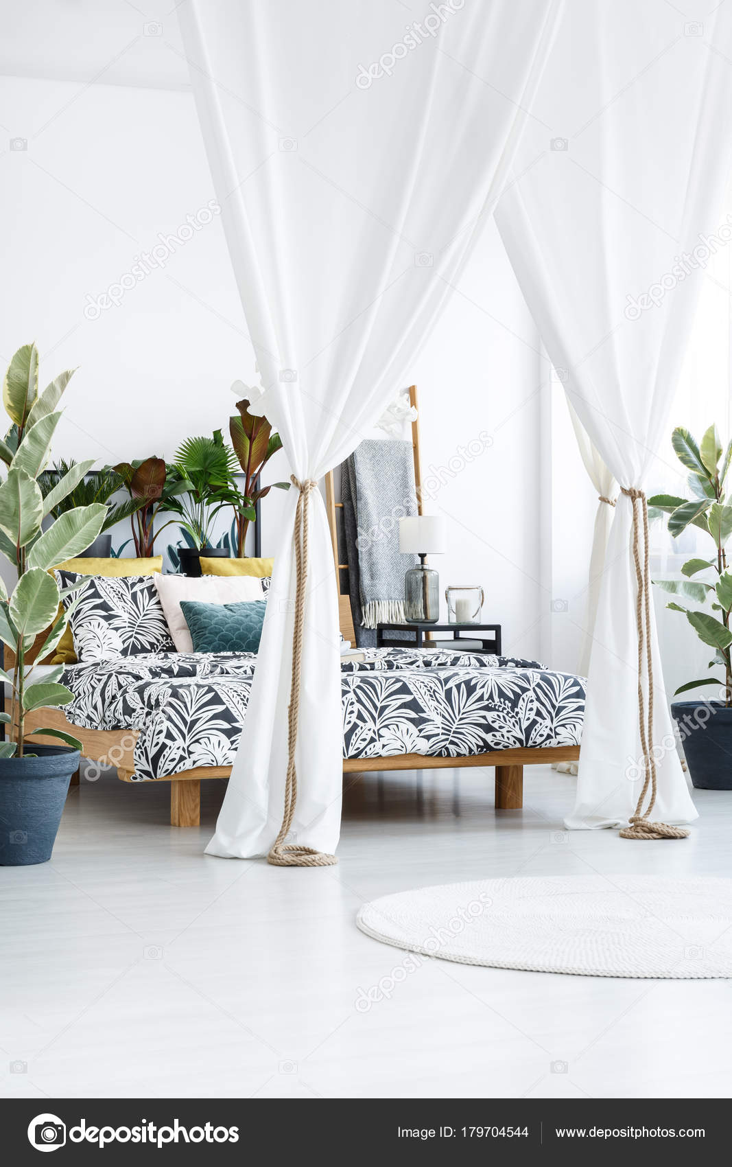 Witte gordijnen in lichte slaapkamer — Stockfoto © photographee.eu ...
