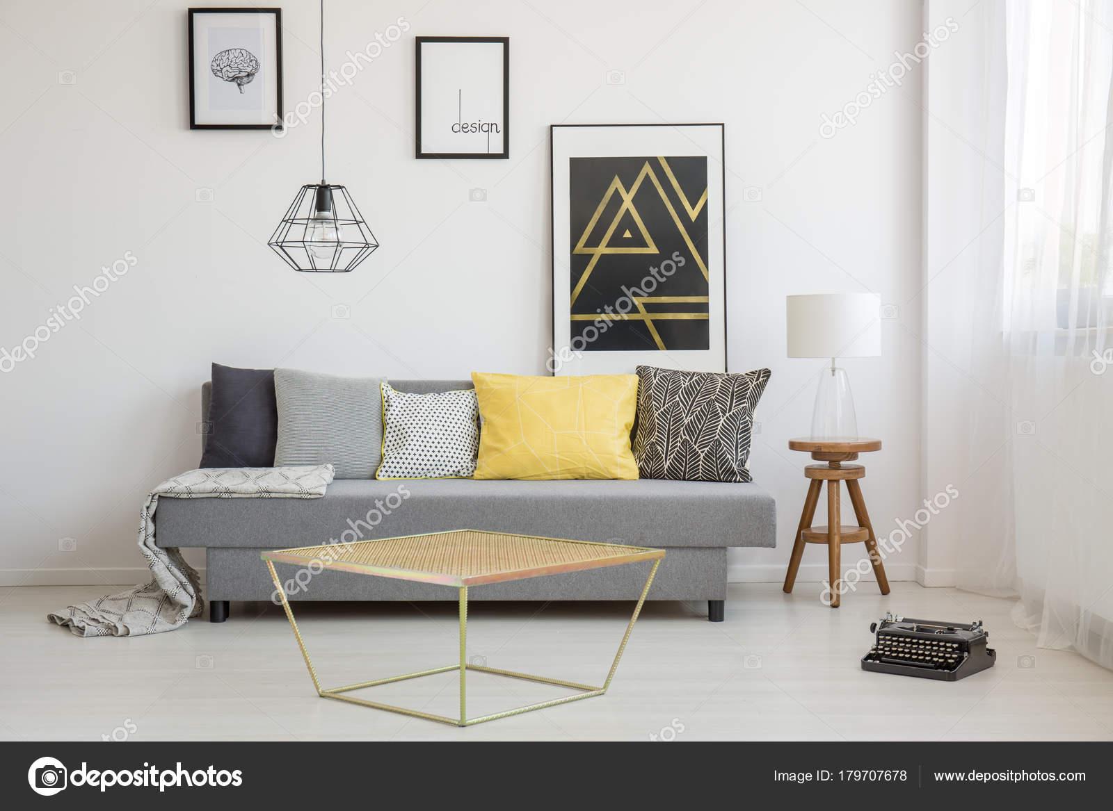 Einfache Wohnzimmer Interieur Mit Gelben Kissen Liegend Auf Eine Graue  Couch Und Gold Tisch Am Fenster U2014 Foto Von Photographee.eu